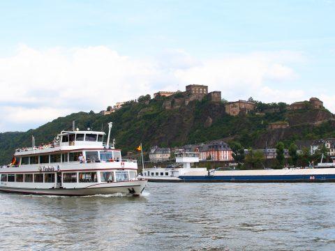 Festung und Ausflugsdampfer